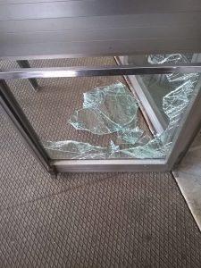 vetro-rotto-polizia